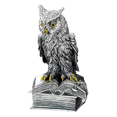 Figurka sowy na księdze pokryta srebrem